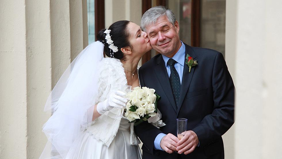 bride kisses father at Brighton registry office wedding