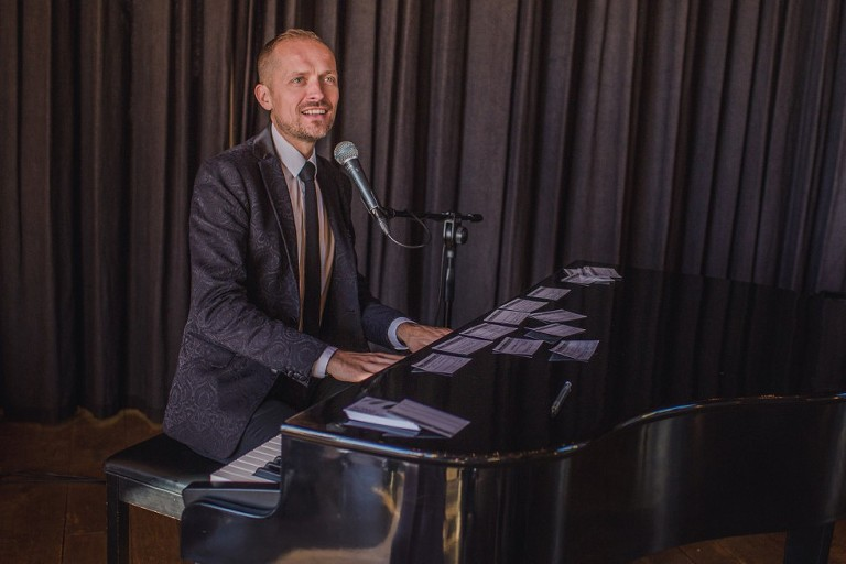 Pianist Danny Mills on piano at a Grittenham Barn wedding